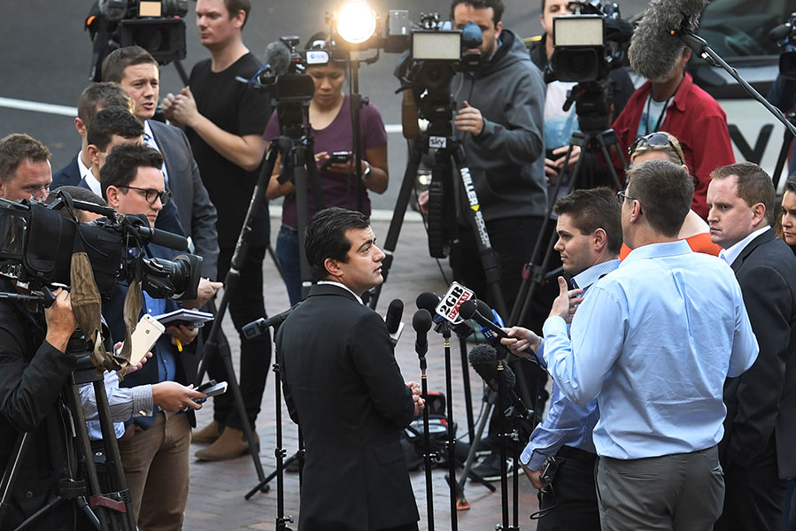 澳洲工黨參議員鄧森(Sam Dastyari)於去年12月12日宣佈退出議會和辭去參議員職務。圖為鄧森2016年9月6日在悉尼面向媒體公開道歉。(WILLIAM WEST/AFP/Getty Images)