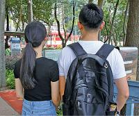 26歲的范先生與女友(蔡雯文/大紀元)