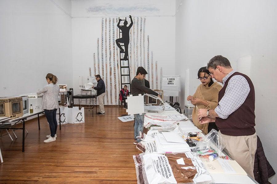 墨西哥周日(7月1日)舉行總統大選。媒體報道稱,左派候選人的民調目前遙遙領先。執政黨「革命制度黨」(PRI)面臨巨大挑戰。圖為工作人員為選舉做準備。(Alfredo Martinez/Getty Images)