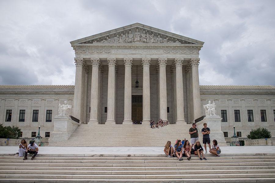 美國總統特朗普預計在7月9日提名最高法院大法官人選,知情人士表示,目前特朗普積極考慮兩名候選人,包括一名女性。(Zach Gibson/Getty Images)