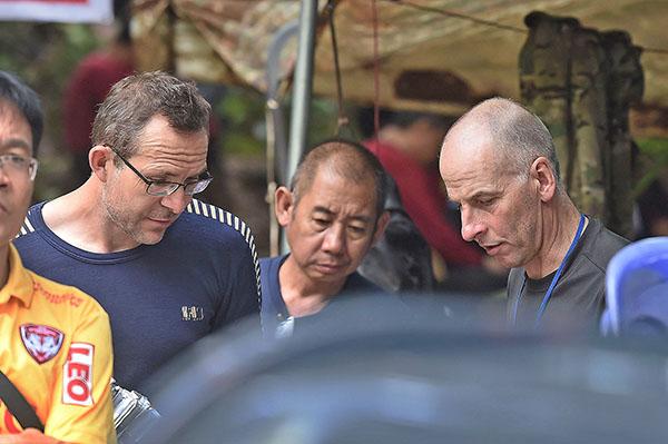英國潛水員兼洞穴探索專家佛蘭森(John Volanthen)(左)和史丹頓(Rick Stanton)(右)率先在泰國洞穴發現被困的13人。(Getty Images)