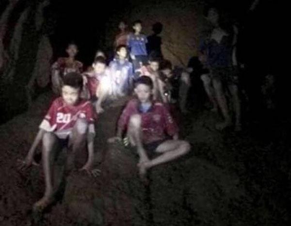被困洞穴的12名泰國少年足球隊成員和足球教練2日被英國潛水員尋獲,全體平安。(泰國海軍海豹部隊fb片段截圖)