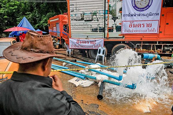 新一輪降雨來臨前,泰國當局加緊抽出洞內積水救人。(Getty Images)