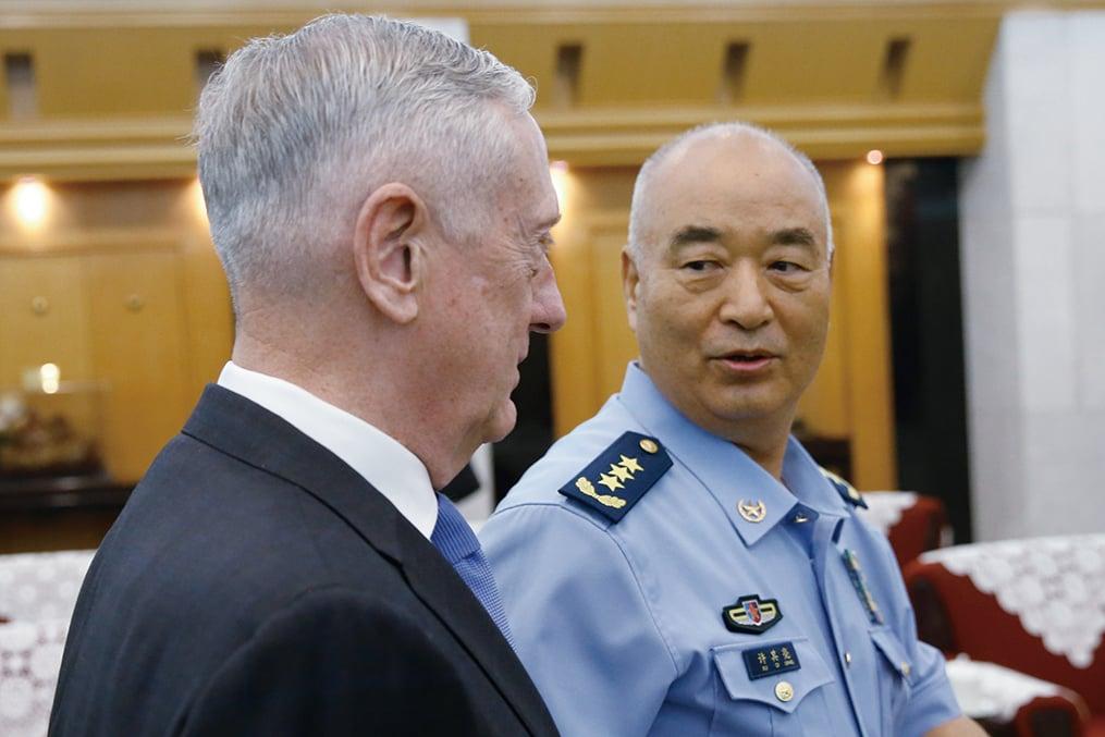 6月28日,美國國防部長馬蒂斯(左)訪華,與中共中央軍委第一副主席許其亮(右)在北京會談。(Getty Images)