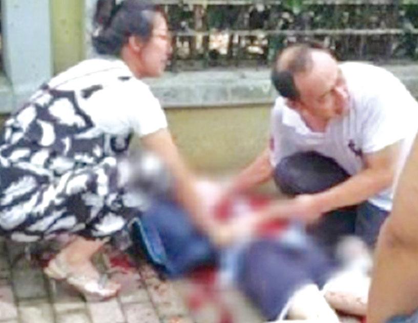 6月底,上海一所小學門口有家長和學生被人砍死……。