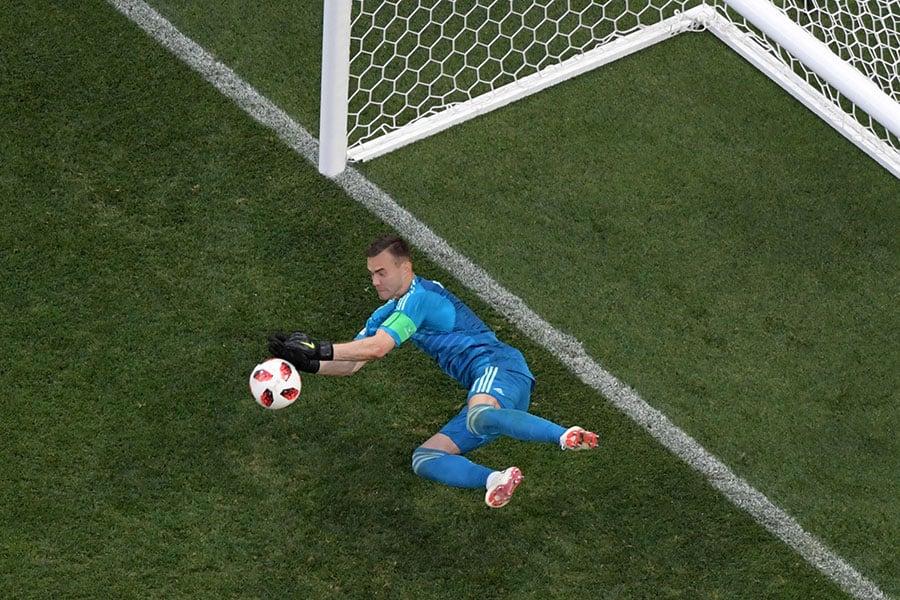 艾堅菲夫兩次擋出十二碼,幫助俄羅斯奇蹟般擊敗冠軍隊伍西班牙。(ANTONIN THUILLIER/AFP/Getty Images)