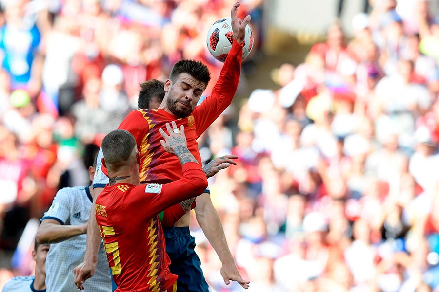 碧基手球送給俄羅斯十二碼機會。(JUAN MABROMATA/AFP/Getty Images)