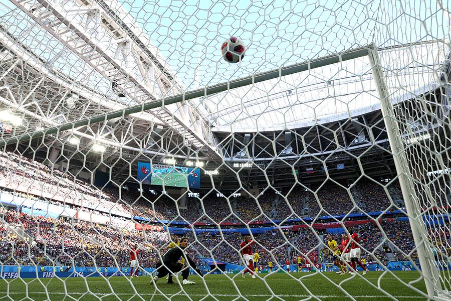 科斯貝治停球順勢橫向一撥晃開角度後抬腳就打,皮球剛好打在防守球員文路爾艾簡治腿上變線飛入網內。(Francois Nel/Getty Images)