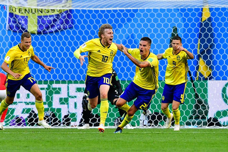 瑞典隊員科斯貝治(FORSBERG) (左一)攻入全場唯一入球。(GIUSEPPE CACACE/AFP/Getty Images)
