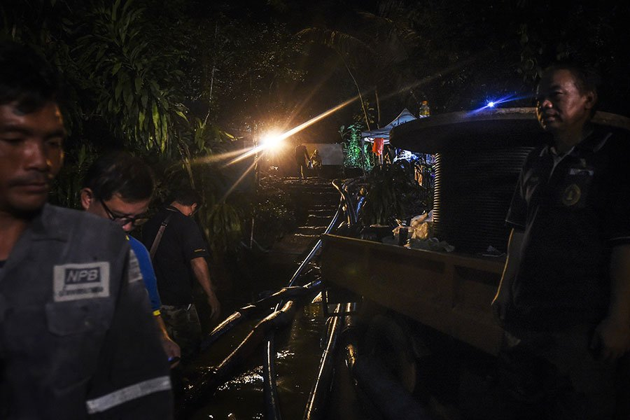 當地時間周一晚間,救援人員在一個部份被水淹沒的洞穴找到了所有12個男孩及他們的教練,且這13人還活著,這個消息舉世振奮。(LILLIAN SUWANRUMPHA/AFP/Getty Images)