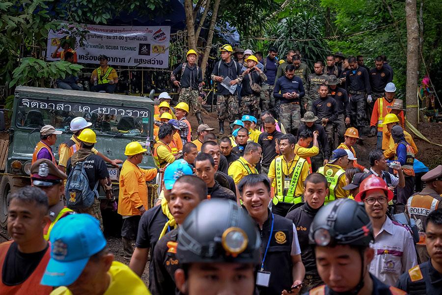 周一(7月2日),泰國救援人員成功找到被困洞穴長達10天的12名男孩和他們的足球教練。目前,將這13人從洞穴中救出成為一個世界性難題。圖為現場救援人員。(Linh Pham/Getty Images)