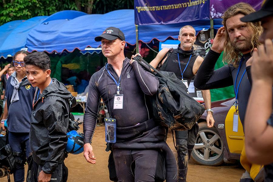 外國潛水員抵達現場。(Linh Pham/Getty Images)