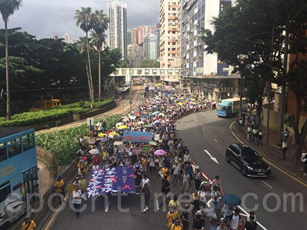 七月一日,香港主權移交中共21周年,在天文台發出酷熱天氣警告下,有五萬港人參加七一大遊行,抗議中共打壓。(李逸/大紀元)