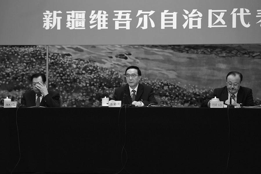 圖為陳全國(中)在十九大主持新疆代表團發佈會。(GREG BAKER/AFP/Getty Images)