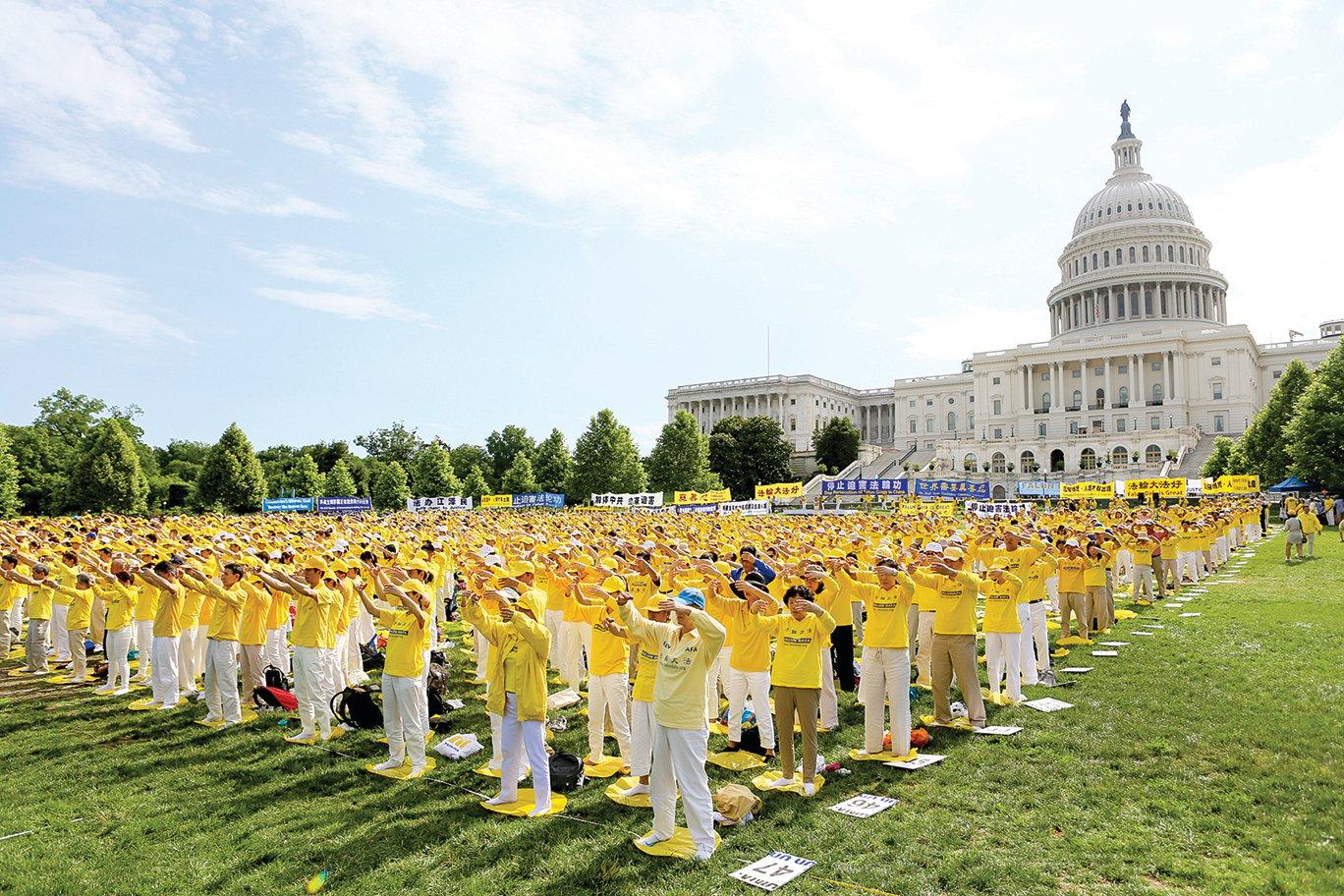 2018年6月20日,來自世界各地的部份法輪功學員在華盛頓DC美國國會前集體煉功。(李莎/大紀元)
