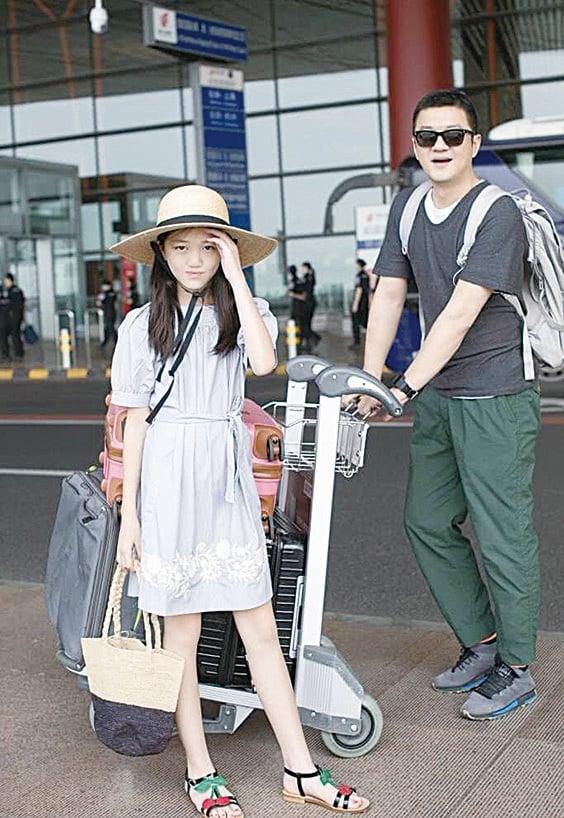 12歲的李嫣(前)再赴巴黎走秀,李亞鵬陪伴愛女出行。(微博圖片)