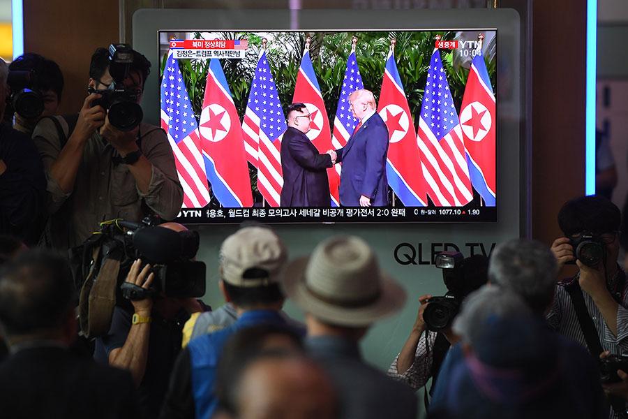 《韓民族日報》援引消息稱,美國總統特朗普致信北韓領導人金正恩,由幕僚於7月1日在板門店轉交。圖為2018年6月12日,南韓首爾火車站的電視直播特朗普與金正恩在新加坡舉行首次會談的新聞。(JUNG YEON-JE/AFP/Getty Images)