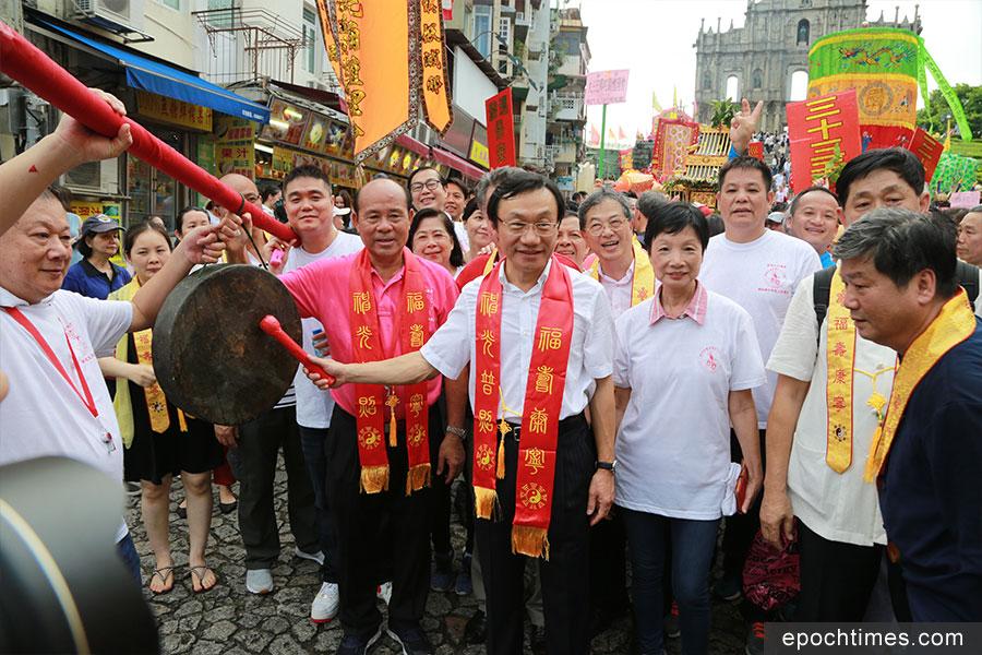 澳門社會文化司司長譚俊榮主持敲鑼起步儀式。(陳仲明/大紀元)