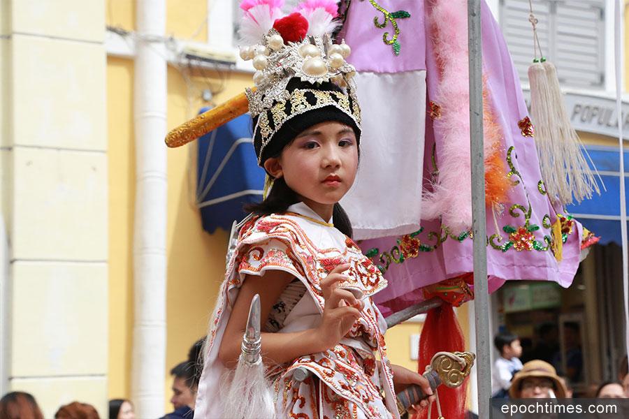小朋友以傳統裝扮參與飄色巡遊。(陳仲明/大紀元)