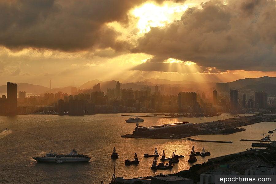 魔鬼山山頂碉堡的景觀開揚,亦是本港其中一處觀賞日落的勝地。(陳仲明/大紀元)