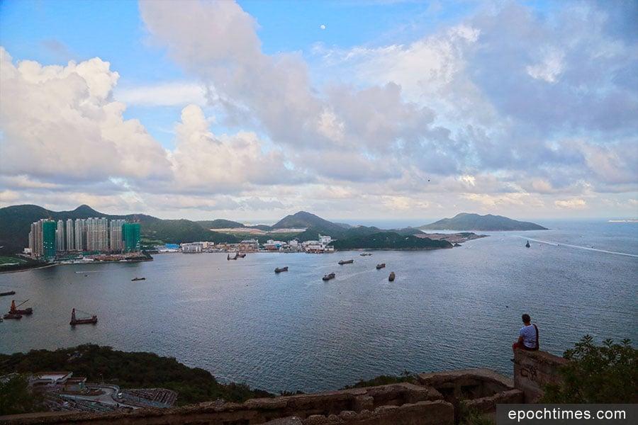 在魔鬼山山頂碉堡上,可俯瞰清水灣半島。(陳仲明/大紀元)