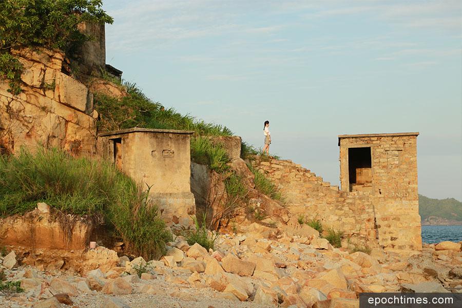 鯉魚門三家村石礦場自打石行業式微後被廢棄,剩下一片頹垣,如今卻成為攝影愛好者的一個樂園。(陳仲明/大紀元)