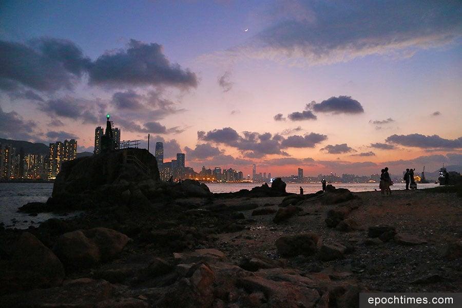 在傍晚時份,從鯉魚門燈塔望向維港,景色醉人浪漫。(陳仲明/大紀元)