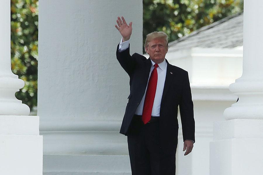 7月5日,特朗普在離開白宮,前往蒙大拿州一個集會時表示,如果北京進行報復,他還會考慮對5000億美元的中國商品徵收額外關稅。(Mark Wilson/Getty Images)