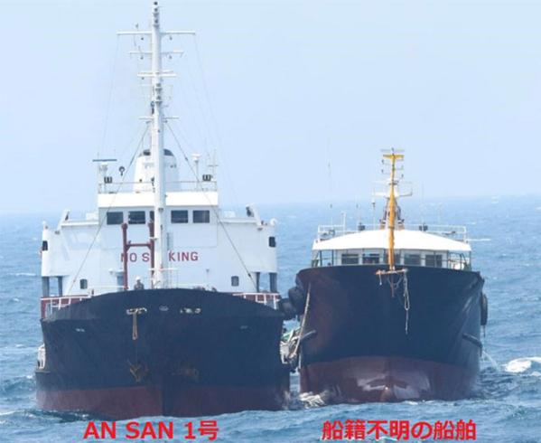 日本防衛省2018年7月4日在官網上發佈的北韓籍油船進行非法卸載的現場照片。(日本防衛省)