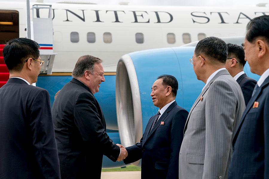 7月6日,美國國務卿蓬佩奧(左二)扺達北韓,由朝鮮勞動黨中央委員會副委員長金英哲(左三)接機。(ANDREW HARNIK/AFP/Getty Images)