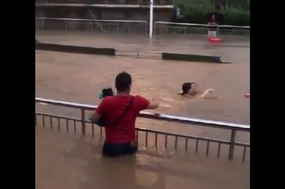 圖為7月5日,南京城遭暴雨侵襲,涵洞雨水淹過頸部。(視像擷圖)