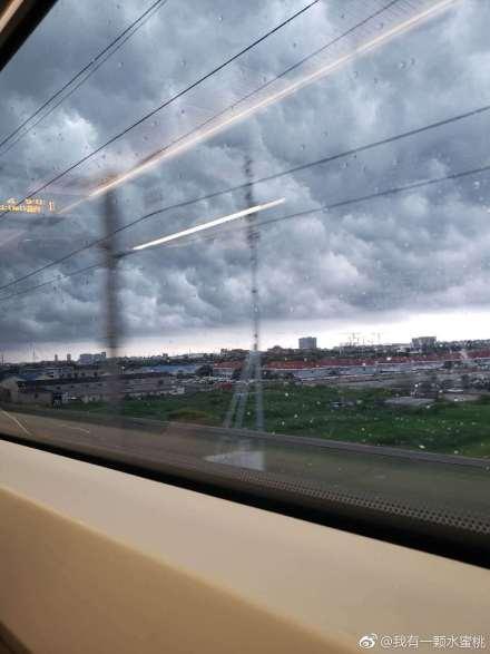 7月5日,網民在火車上拍攝的上海風雨欲來前。(微博圖片)