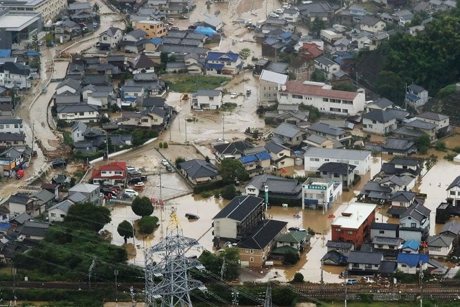 日本關西地區連日來強降雨釀洪水和泥石流,導致至少49人死亡。(STR/AFP/Getty Images)