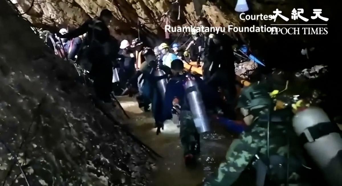 泰國少年足球隊成員受困山洞,孩子們尚未救出,一名前海豹突擊隊員、潛水好手營救員不幸殉職。(視像擷圖)