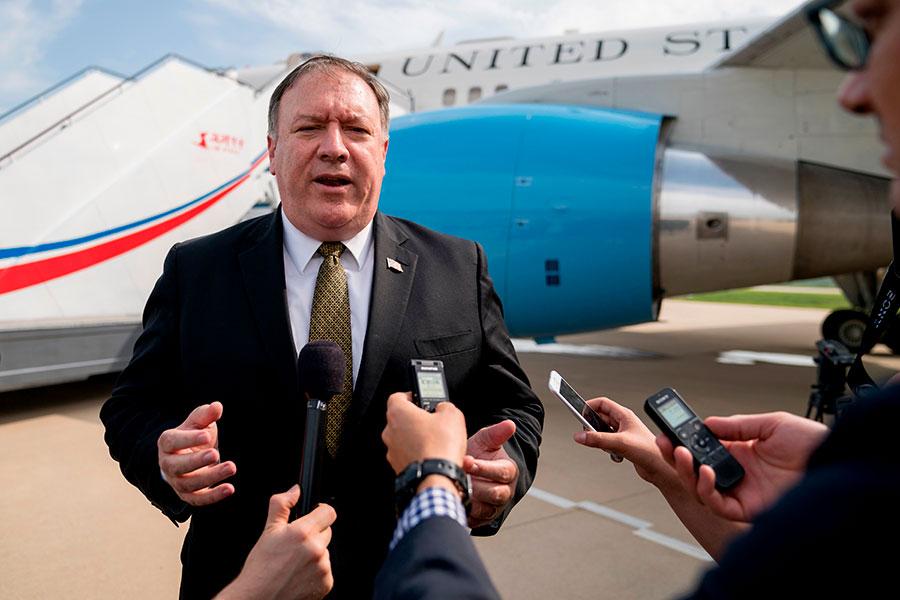 美國國務卿蓬佩奧第三次訪朝時,曾警告北韓稱,美國的忍耐力是有限的。圖為蓬佩奧7日離開平壤前在機場接受採訪。(ANDREW HARNIK/AFP/Getty Images)