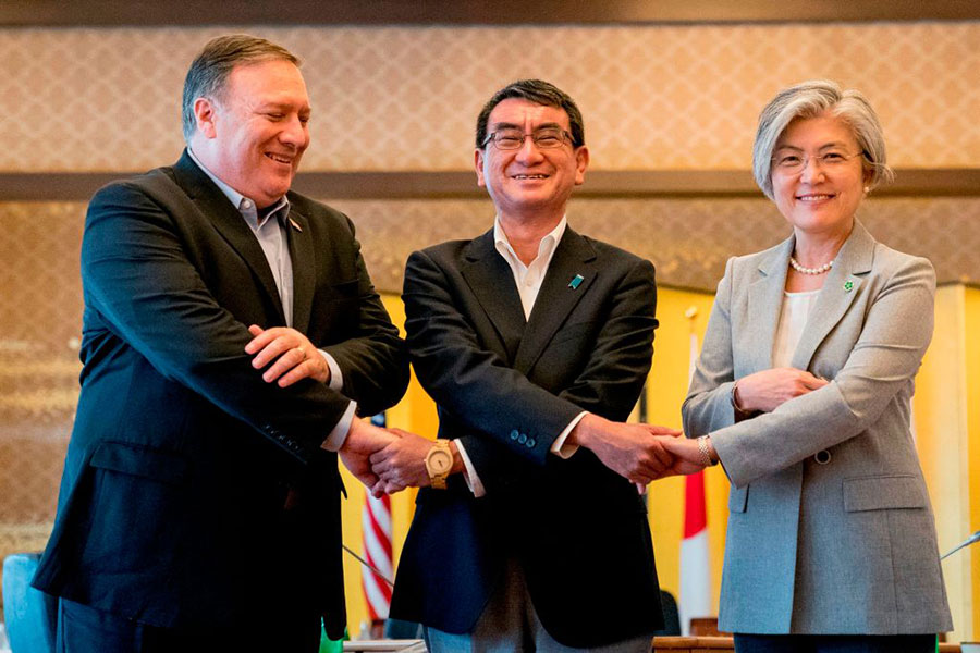 7月8日,美國國務卿蓬佩奧與日韓外長會晤。(HARNIK/AFP/Getty Images)