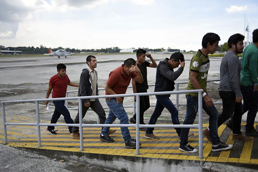 108名危地馬拉人試圖在「零容忍」移民政策下非法移民到美國,2018年6月22日被遞解出境。(Johan Ordonez/AFP/Getty Images)