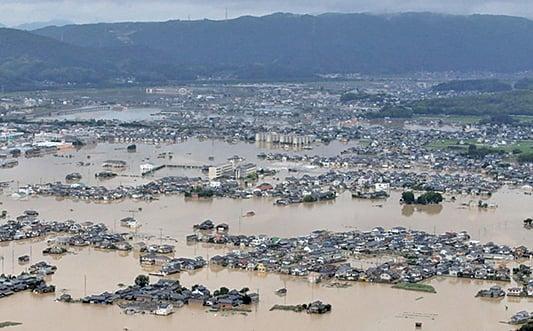 日本罕見暴雨76死 住宅區變水湖