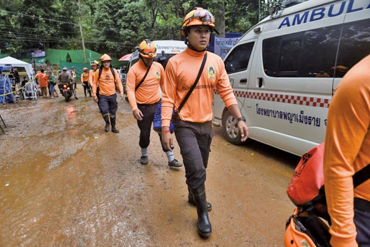 7月8日,國際救援隊開始營救被困在洞穴深處的12名男孩及其教練。(AFP)