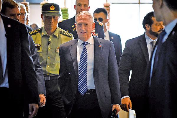 美國國防部長馬蒂斯(前排中)6月26日至28日訪問大陸。圖為馬蒂斯26日抵達北京。(WANG ZHAO/AFP/Getty Images)