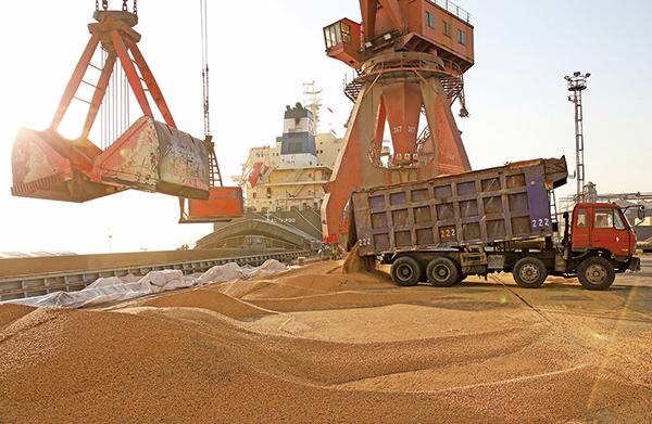 美中貿易戰開打,港商備受衝擊,令經大陸出口的港商,要另謀出路。有的將半成品轉向馬來西亞等國再加工,再經當地出口,以避開沉重關稅。(Getty Images)