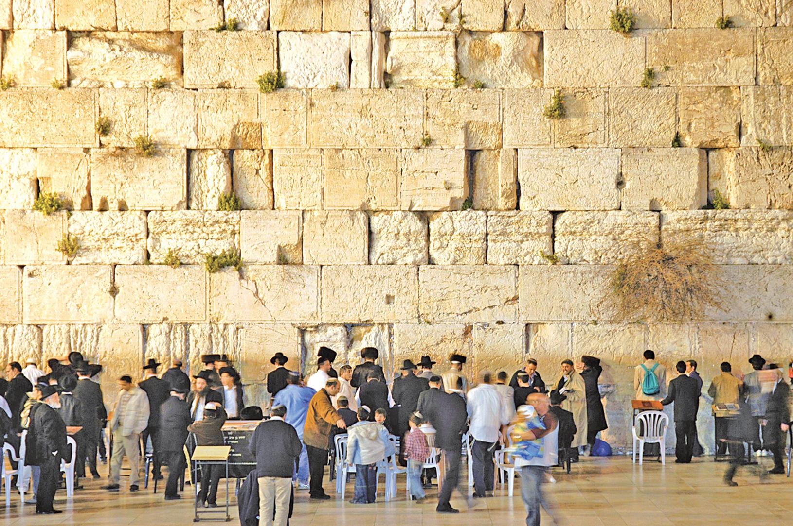 阿拉伯統治者廢除了從公元135年開始,禁止猶太人在耶路撒冷定居的規定,500年來無家可歸的猶太人,終於可以落葉歸根。圖為耶路撒冷之猶太教聖殿唯一遺蹟「西牆」。(Wayne McLean (jgritz) / 維基百科)