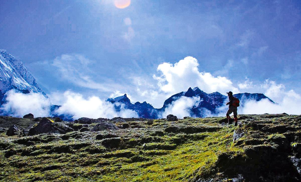 在壯闊的喜馬拉雅山區健行,感覺與白雲藍天十分接近。