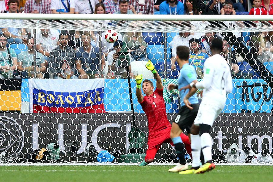 2018世界盃八強賽事首場比賽由烏拉圭對陣法國,法國最終以2比0輕鬆獲勝。圖為烏拉圭門將梅斯里拿(紅衣者)犯下低級失誤,撲球脫手,目送皮球入網。(Alex Livesey/Getty Images)