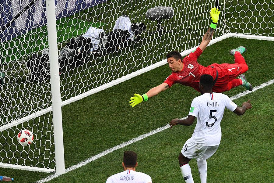 法國基沙文在大禁區外的遠射,烏拉圭門將梅斯里拿(紅衣者)未能擋下,球往上彈飛並入網。(JOHANNES EISELE/AFP/Getty Images)