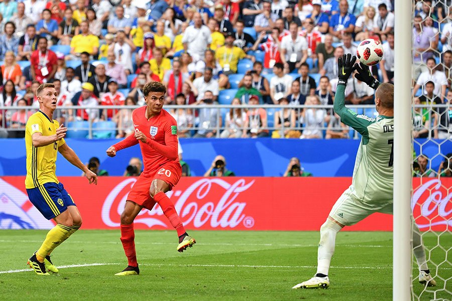 迪利阿里(中)的頭球破門,幫助英格蘭將比分擴大為2比0,確定勝局。(YURI CORTEZ/AFP/Getty Images)