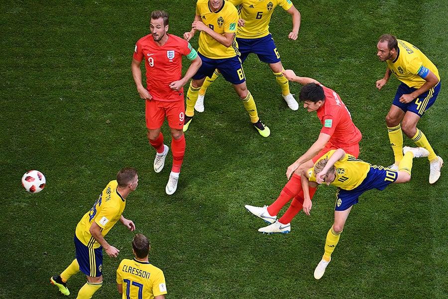 哈利馬古尼(右二)力壓瑞典防守隊員,頭槌破門,幫助英格蘭先拔頭籌。(JEWEL SAMAD/AFP/Getty Images)