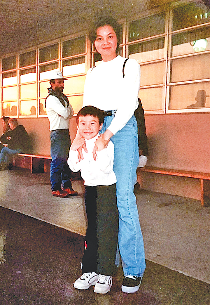 Kathy Ma 與開心的兒子。