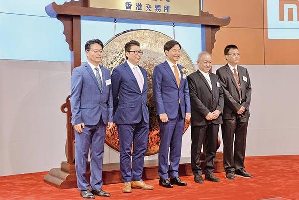 本港首隻以「同股不同權」形式上市的小米正式掛牌,圖(中)為創辦人雷軍。(宋碧龍/大紀元)