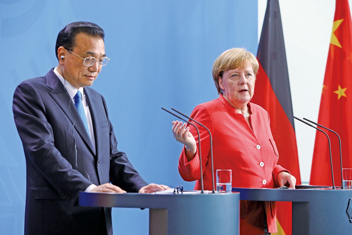 德國媒體爆料,中共間諜企圖對德國議員進行策反。圖為7月9日李克強(左)訪問德國,與德國總理默克爾舉行記者會。(Getty Images)